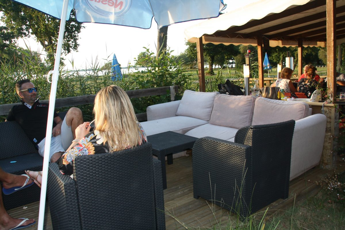 cafe-terrasse-exterieure-paillote-gastes